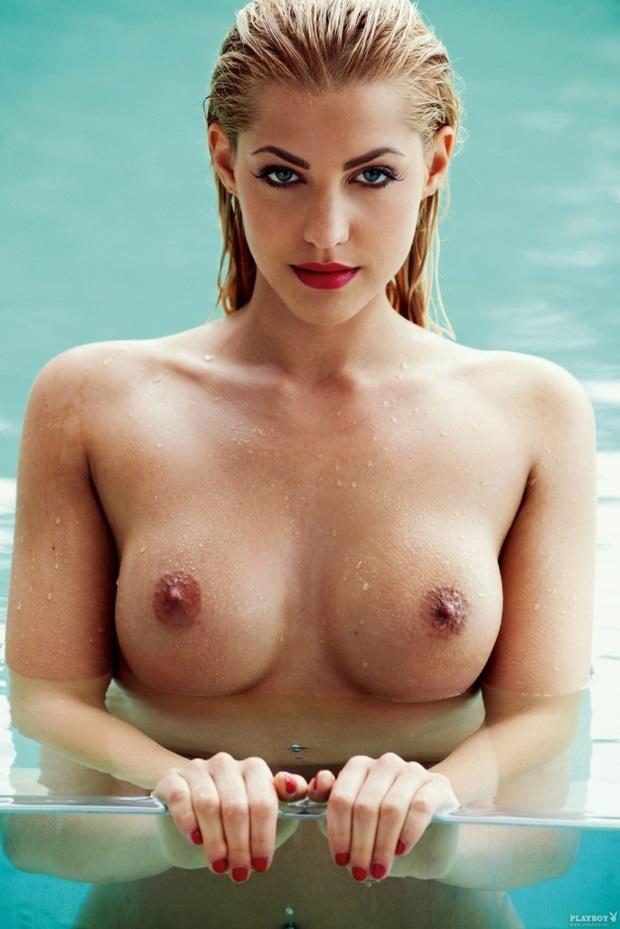 joven-modelo-nos-muestra-sus-tetas-en-la-piscina